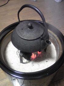 私のお気に入り火鉢 南部の鉄瓶で湯を沸かしています