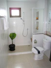 バンコクの新築住宅のbathroom  シャワーとトイレ、洗面だけです