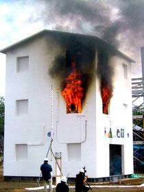 火災実験の写真  火は窓から出て窓から入ります