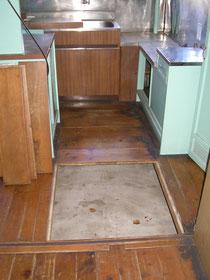 1956年に建てられた住宅の床下収納  ずいぶんと大きくて便利そうです