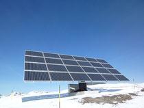 Berg und Solarfeld