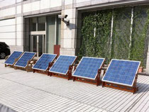 会場外に並べられた6枚の太陽光パネル。上映に必要なすべての電力をここでまかなう。