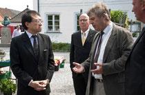 佐野利男在デンマーク日本大使とクリステンセン氏 ©Annette Greenfort