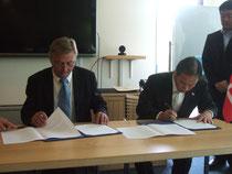 協定書に調印する阿部東松島市長とベスタゴーロラン市長