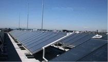 屋上に取り付けられた太陽熱パネル(イメージ)