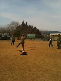 子どもたちと野球をする自衛隊員たち
