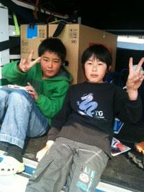 旭ヶ丘団地の子どもたち(左:かい君、右:ゆうき君)