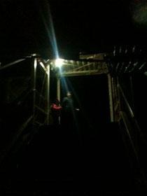 渡り廊下に電気が点灯! これで夜も安心