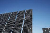 日本では従来、住宅用の太陽光発電が先行していたが、固定価格買取制度の導入で産業用が急増している。