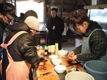 漁師さんの指導のもと、海の幸の自らが調理