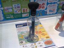 ヒートポンプの仕組みを学べるエコエコポンプ。 ポンプでボトル内の空気を圧縮すると、風船がしぼみ、中の温度計の表示が上がる
