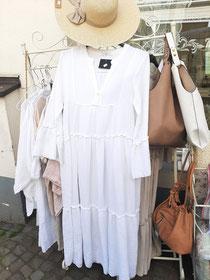 Traumhaftes Sommerkleid weiß  oder beige 50,90   Strohhut 15,90