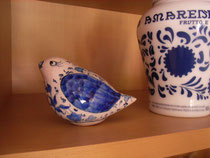 マルメラータを置いている棚に、鳥が。けさ気づきました。
