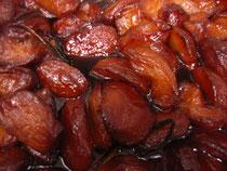 信州りんごをヴァニラとともにキャラメルだきにし、焼きこみます