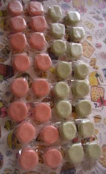 「軽井沢マカロン」はテーマカラーの2色。フレーバーは「ベリーニ・桃とシャンパン」「いちごとルバーブ」です