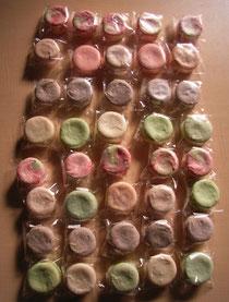 マカロンもおまかせ。リボンの色にあわせてパステルな色合いで8種類おつくりしました