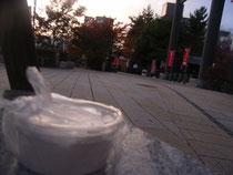 松本・縄手通りの夕景。手前は長野県といえば「牛乳パン」、牛乳パンといえば松本の「パンセ小松」さんの牛乳パンにはさまれているクリーム。この日「牛乳パン」は売り切れでした・・・残念