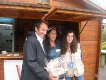 Olivia, Julia, Gilbert Duclos Lassalle et le panier gourmand réalisé à la boucherie