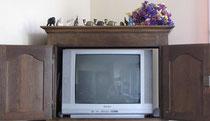 Si les portes du meuble TV sont bien ouvertes, la télévision, elle, est-elle fermée ?