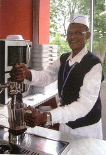 José sirviendo en el restaurante de peregrinos