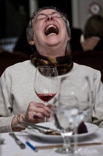 Mann biegt sich vor Lachen