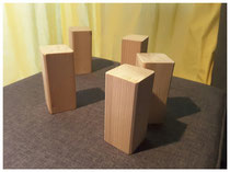 Skulptur aus Holzklötzen