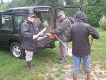 Préparation du matériel sous la pluie