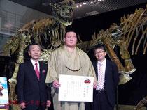 左から林国立科学博物館長、白鵬関、真鍋研究主幹