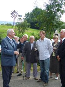A partir de la gauche et au premier plan : M.Marlin, Ch. Coquillot, le petit-fils de J. Cornet, sa maman et J.P. Bordy