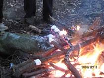焚き火でシトギを焼く。
