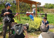 NPOの代表朝田さんの取材の様子