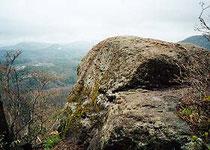 巨石のあるビラミット