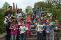 Die Klasse 4a mit den Mitarbeitern der Buchhandlung Jakobi