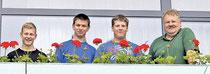 Die Schülergruppe rund um Hausmeister Erhard Schmittmann (rechts) pfanzte unter anderem neue Blumen in die Kästen des    Seniorenzentrums. Sie kümmerten sich aber auch um Beete und Grünfächen. Foto: Annika Ludwig