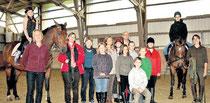 Die jungen Reiter aus Gemünden, aber auch Trainer und Offizielle vom Reit- und Fahrverein und der Cornelia-Funke-Schule freuen sich über das neue Nachmittagsangebot in der Reithalle.