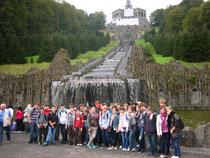 Schülerinnen und Schüler beider Schulen vor dem Herkules beim Ausflug nach Kassel.
