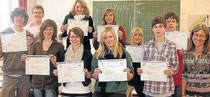 Sprachkompetent: Die elf Schülerinnen und Schüler des Französischkurses erhielten ihre Diplome. Foto: Schelberg