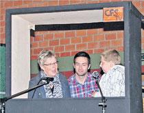 """""""Moderatur"""" Edgar Schmidt befragte die Klassenlehrer der neuen Fünftklässler, Gabriele Magotsch und Tobias Truß"""