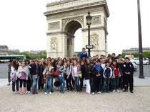 Die Schülerinnen und Schüler beider Nationen vor dem Triumphbogen in Paris