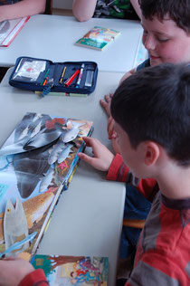 Zwei Schüler betrachten das Pop-Up Buch