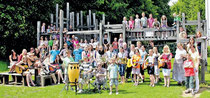 Die Musikgruppen der Gemündener Cornelia-Funke-Schule, die unter der Gesamtleitung von Elke Thursar-Eichelbeck (vorne rechts)  stehen, spielen beim Fest der Schule am Samstag, 23. Juni.  Foto: pr
