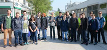 Unter Führung von Niklas Renken (li.) besuchten die Schüler das Werk in Höver – Foto: JPH
