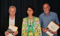 Fred Weidemann (links) und Rolf Nießen werden von Helga Akkermann verabschiedet. (K.-J. Hesse)