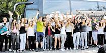 Abfahrt: Mehr als drei Dutzend Musikschüler der KGS Sehnde brechen mit ihren Lehrern nach Bosnien auf. (brämer/haz)