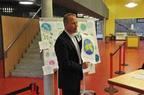 Dr. Matthias Miersch mit dem prämiierten Logo (Foto: gen)
