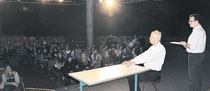 Das Klecks-Theater trägt in der KGS die Verhörprotokolle des Kriegsverbrechers Adolf Eichmann vor. (haz)