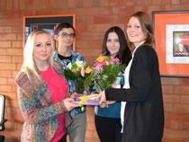 Annika Bauer (re.) wird von den Schülern Alina, Fabian und Aicha (v.li.) verabschiedet – Foto: SA