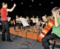 """Konzentriert und mit viel Spaß bei der Sache: Auch ein Orchester der Musikschule Ostkreis, zu dem viele KGS-Schüler gehören, spielt beim KGS-Fest """"Kultur pur"""". (haz)"""