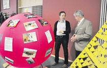 KGS-Sportlehrer Rüdiger Streilein (links) stellt Bürgermeister Carl Jürgen Lehrke an dem dekorierten Kin-Ball das Sportangebot vor. Knoche/haz