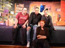 Das Ensemble theaterspiel mit Tobias Vorberg (li.), Floriane Eichhorn und Beate Albrecht (v.re.) mit dem KGS-Initiator Stefan Bahls (2.v.li.) – Foto: JPH